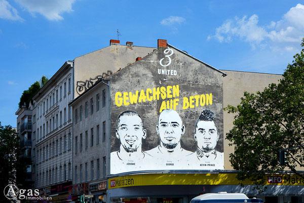 Berlin-Gesundbrunnen - 3 United. Gewachsen auf Beton – Wandmalerei als Werbung für einen Sportartikelhersteller auf einer Brandmauer