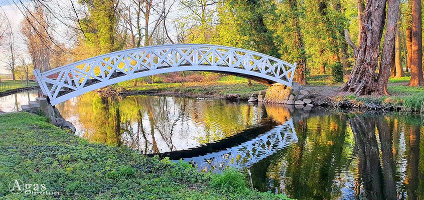 Immobilienmakler Trebbin - Holzbogenbrücke über die Nieplitz im Schlosspark