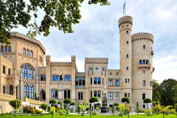 Potsdam - Im Park Babelsberg - Das Schloss mit vorgelagertem Pleasureground