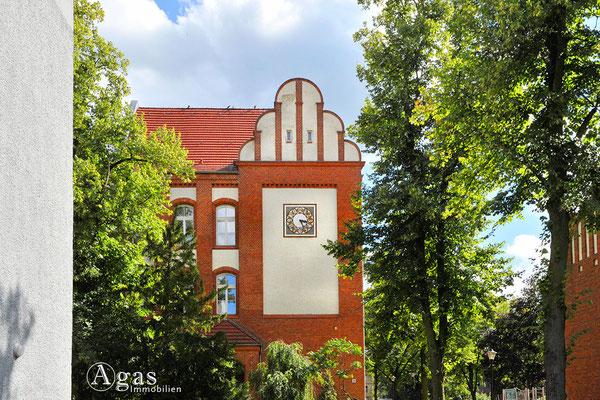 Schönes Fassadendetail mit Uhr