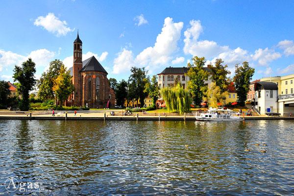 Immobilienmakler Brandenburg (Havel) - Blick vom Brückencafé über das Wasser auf die Johanneskirche am Salzhof