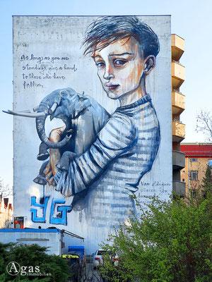 "Immobilienmakler Berlin-Moabit - Graffity ""as long as you are standing, give a hand to those who have fallen"" (Solange du stehst, hilf denen, die gefallen sind)"