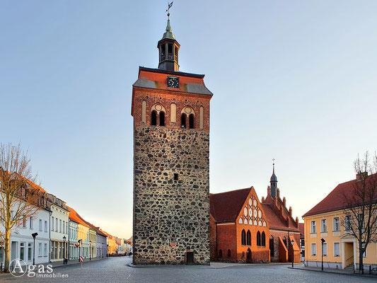 Immobilienmakler Luckenwalde - Marktturm dahinter die St. Johanneskirche