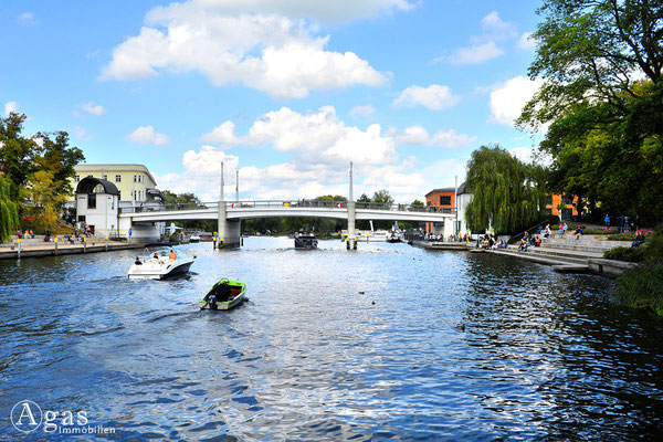 Brandenburg (Havel) - Reger Schiffsverkehr zur Jahrtausendbrücke