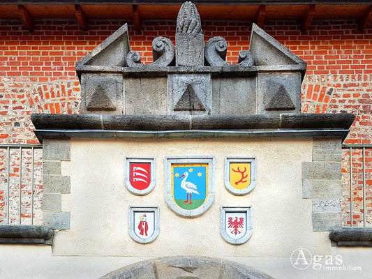 Makler Storkow - Burg Storkow, Eingangsportal mit Wappen