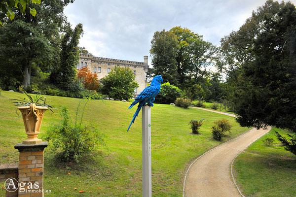 """Immobilienmakler Babelsberg - Park Babelsberg - Blauer Papagei - Wegweiser zur Sonderausstellung """"Pückler. Babelsberg. Der grüne Fürst und die Kaiserin"""""""