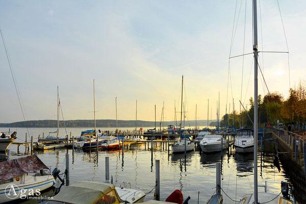 Berlin-Kladow - Segelboote vor Anker im Kladower Promenadenhafen