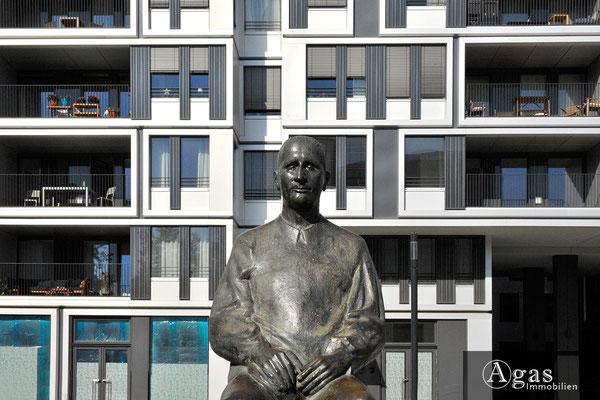 yoo Berlin - Am Zirkus 1 - Bertold Brecht Denkmal vor dem Neubau