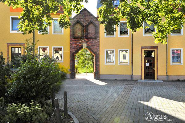 Gelungener Nachbau eines Torportals im Gebäudeensemble am Bötzower Platz