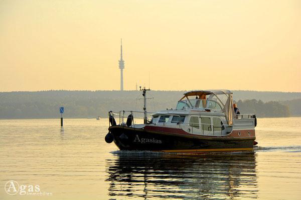Berlin-Kladow - Schifffahrt vor der Kladower Hafenanlage: Am Horizont der Fernmeldeturm Berlin-Schäferberg