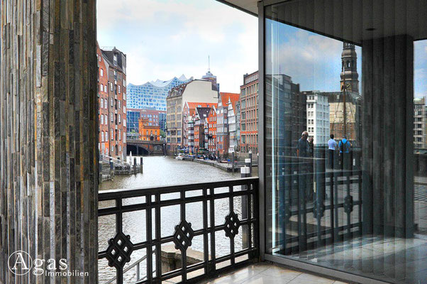 Immobilienmakler Hamburg - Nikolaifleet - Blick von der Holzbrücke zur Elbphilharmonie