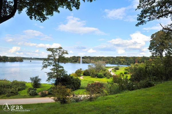 Potsdam - Im Park Babelsberg - Blick zur Fontäne über die Glienicker Lake zur Glienicker Brücke