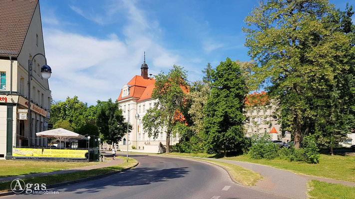 Altlandsberg - Blick zur Stadtverwaltung an der Berliner Allee