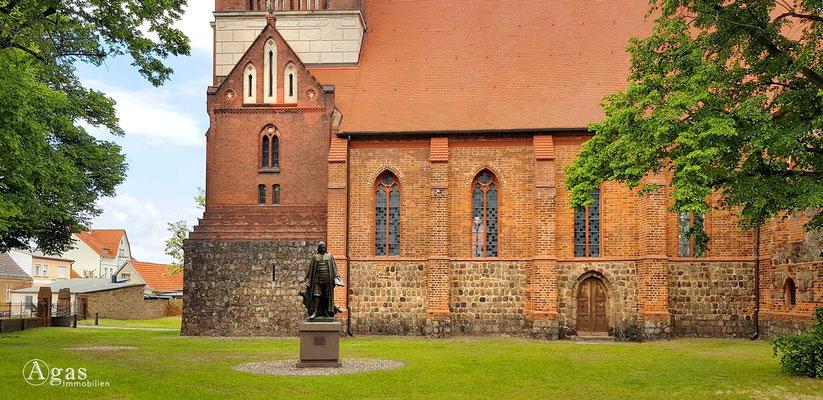 Immobilienmakler Mittenwalde - Paul Gerhardt Denkmal vor der Ev. St. Moritz Kirche