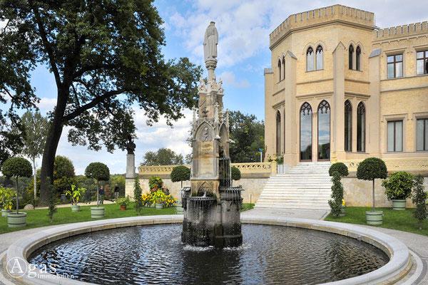 """Immobilienmakler Babelsberg - Der Städtebrunnen am Schloss auf der """"Porzelan-Terrasse"""""""