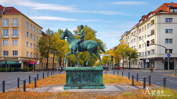 """Makler Berlin Neu-Westend - """"Der Sieger"""" von Louis Tuaillon am Steubenplatz"""
