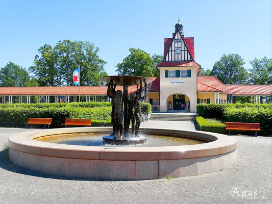 Bad Saarow - Bahnhofsvorplatz mit schönem Brunnen