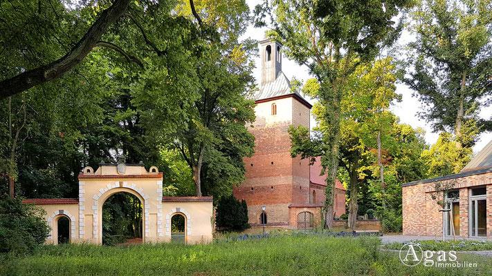 Makler Kleinmachnow - Das Medusenportal & Dorfkirche