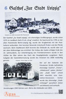 """Potsdam-Mittelmark-Saarmund - Infotafel zum ehemalige Gasthaus """"Zur Stadt Leipzig"""" am Markt in Saarmund"""