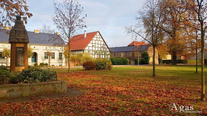 Makler Schönwalde-Glien OT Pausin - Dorfanger mit historischem Denkmal
