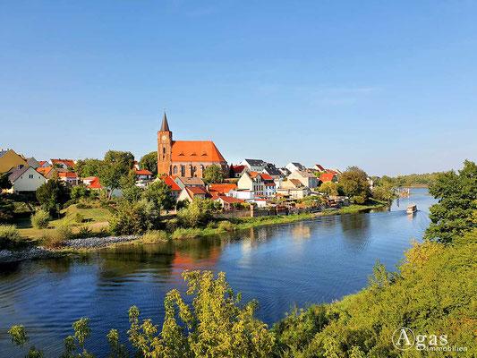 """Immobilienmakler Eisenhüttenstadt - Oder-Spree-Kanal am """"Bollwerk"""" - Blick über den OT Fürstenberg mit der St. Nikolai Kirche"""
