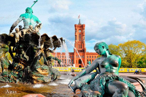 Berlin-Mitte, Neptunbrunnen mit Blick zum Roten Rathaus