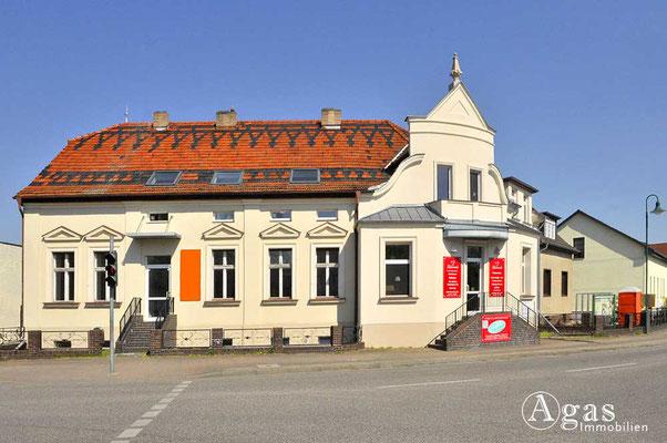 Schildow - Schönes Gebäude an der Haupstraße Ecke Bahnhofstraße