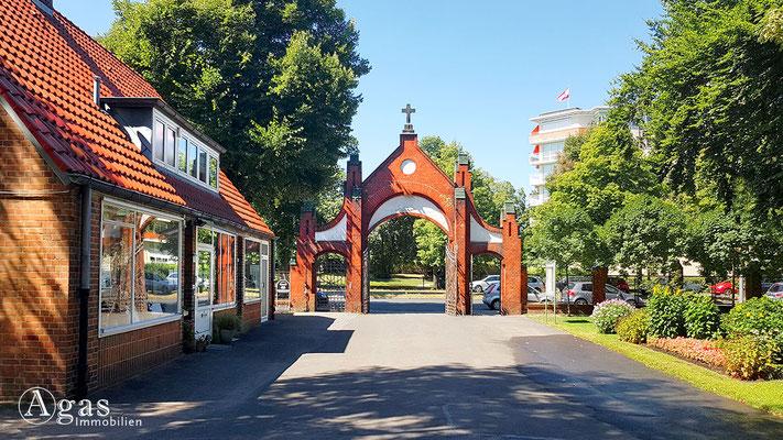 Immobilienmakler Mariendorf - Eingangsportal zum Christus-Kirchhof