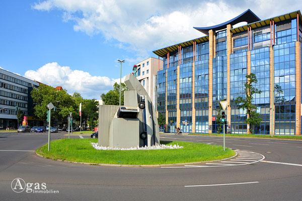 Skulptur von Wolf Vostell & Postmodernes Geschäftshaus am Kurfürstendamm