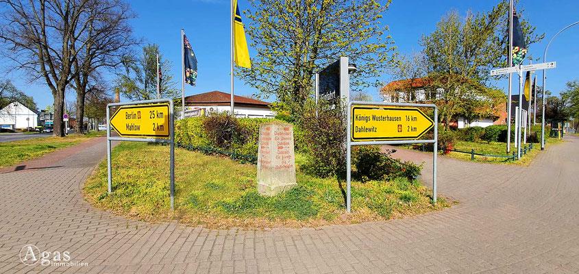 Immobilienmakler Blankenfelde-Mahlow - Historischer Wegstein & Aktuelle Wegweiser
