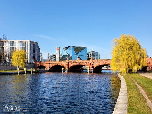 Immobilienmakler Berlin-Moabit - Bettina von Arnim Ufer - Blick zur Moltkebrücke und Washingtonplatz am Hauptbahnhof