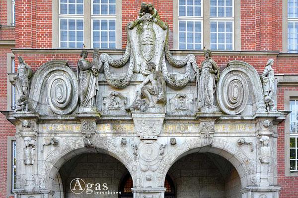 Immobilienmakler Reinickendorf - Portal des Rathaus Reinickendorf in holländischem Barock