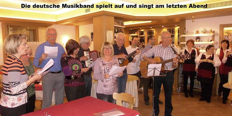Die deutsche Musikband spielt auf und singt am letzten Abend