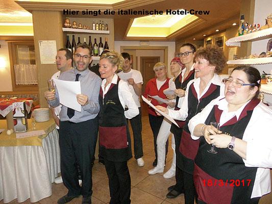 Hier singt die italienische Hotel-Crew