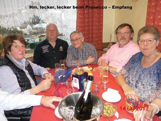 Hm, lecker, lecker beim Prosecco – Empfang