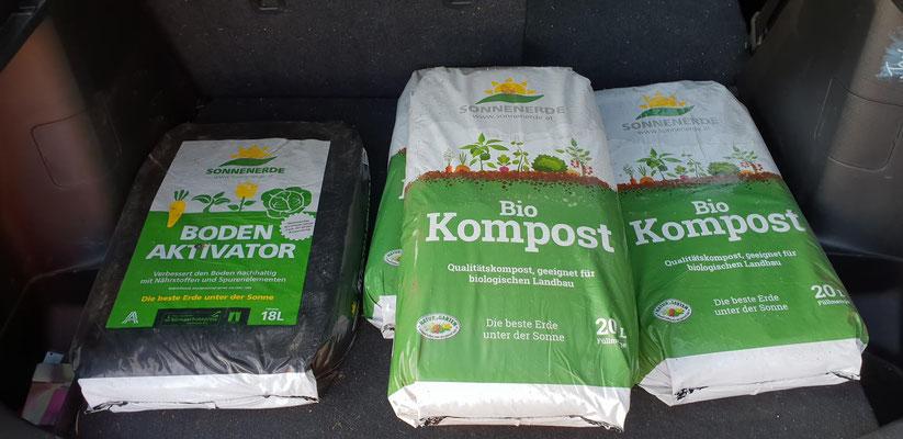 Nun geht es an die Aussaat im unteren Bereich. Für manche Beete habe ich Bodenaktivator und Kompost von Sonnenerde, nur 10 km weg in Riedlingsdorf, geholt.