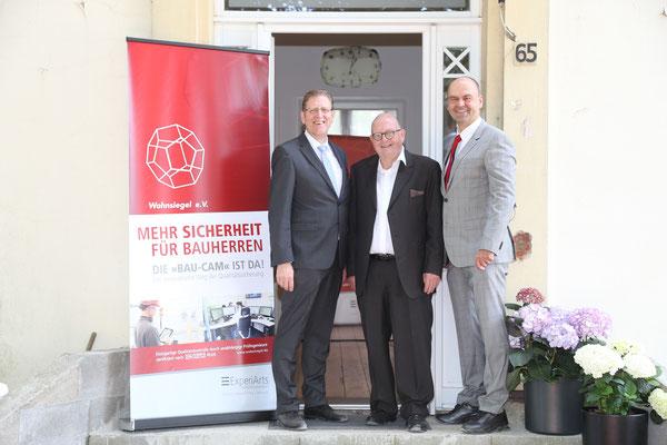 Wolfgang Werner, Heinz H. Lachmann und Norbert Lüneburg vor der Villa Pomona in Ahrensburg bei Hamburg