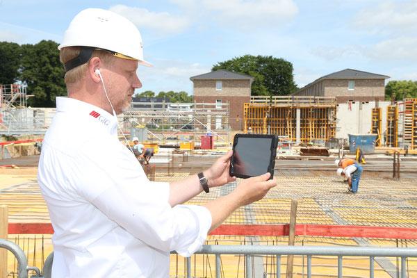GfG Bauleiter Herr Bestmann beim dokumentieren der Bausicherheit vor Ort.