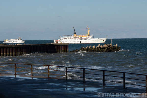 Fähre MS Atlantis vor Helgoland