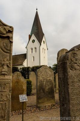 St.-Clemens Kirche mit dem Friedhof