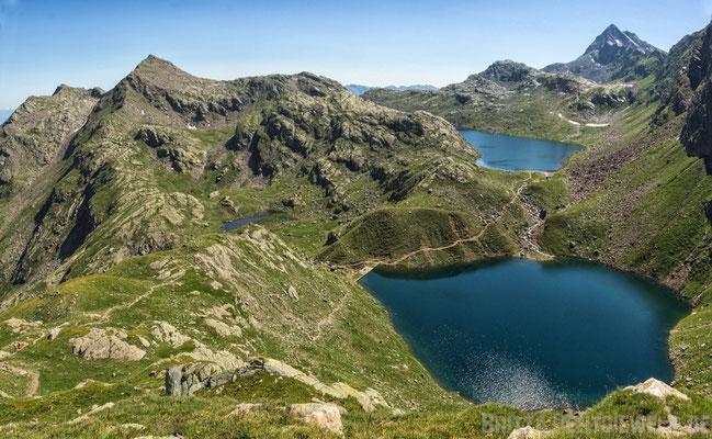 In der anderen Richtung eröffnet sich der Blick auf Grün- und Langsee und den kleinen Mückensee, rechts der Berg Tschigat!