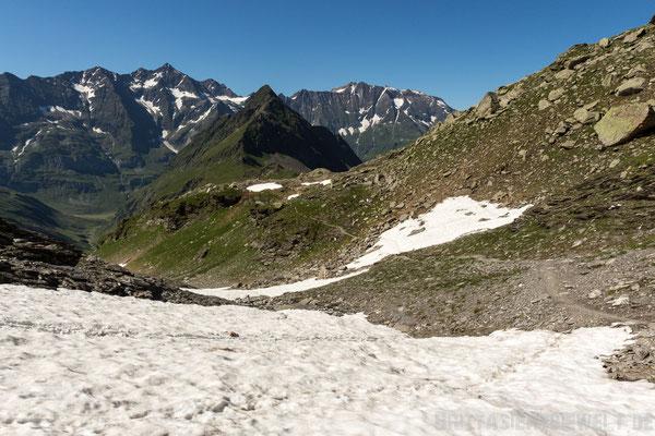 Der Weg führt zunächst auf die Ehrenspitze zu und dann rechts an ihr vorbei.