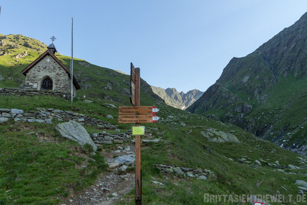Kapelle und Wegweiser an der Lodnerhütte