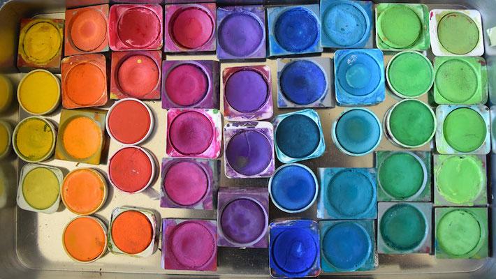 Die Kinder erhalten nur 1 Deckfarbtöpfen ihrer Wahl, welches sie am Ende der Stunde neben allen anderen Materialien am Tisch liegen lassen s.u.!