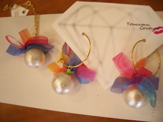 左『rainbowflower necklace』¥2.600  右『rainbowflower pierce hoop』¥2.600