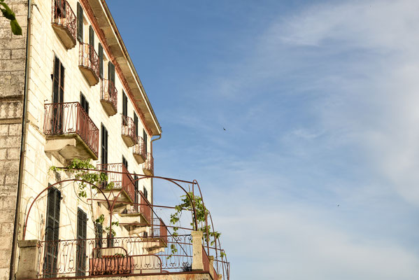 144. Vervallen hotel in Orta