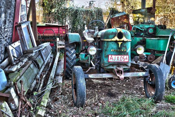 oud. Oude traktor en andere werktuigen.
