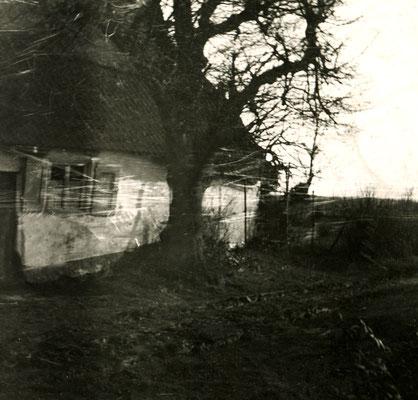 oude hut met rieten dak en witte muren. Zwart-wit foto.