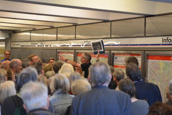 Jens Wrenger mit Erläuterungen zur U-Bahnstation Hallerstraße © Yo Loewy 2019