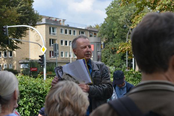 Bernd Polster mit Erläuterungen zur Tankstelle Rothenbaumchaussee Ecke Hansastraße © Yo Loewy 2019